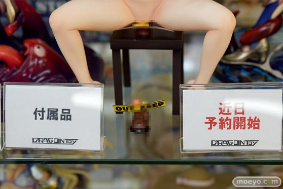ドラゴントイ謎の新作フィギュア「麻袋をかぶった謎の女」の彩色サンプル展示の様子08
